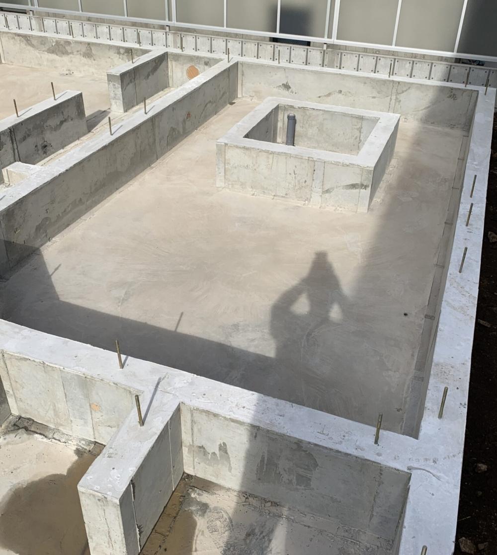 コンクリートの一体打設した建物基礎の奥には小さな四角いスペースがあります